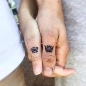tatuajes para novios de dedo King Queen